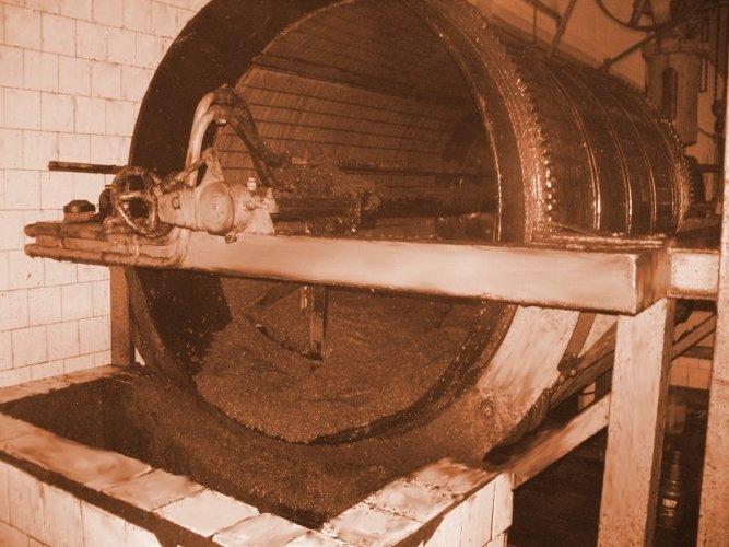 Molienda de la aceituna para producir el mosto de prensa